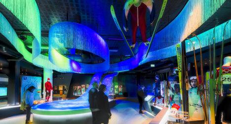 Folk ser seg om i OL-museet på Lillehammer.