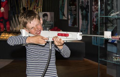 Gutt sikter med skiskyttergevær.