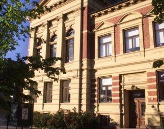 Bilde av den gule murbygningen Kulturhuset Banken.