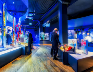 Publikum som studerer gjenstander i OL-museet