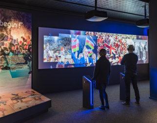 Publikum som ser på filmer i OL-museet