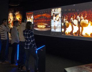 Publikum ser på åpningsseremonier i OL-museet på Lillehammer