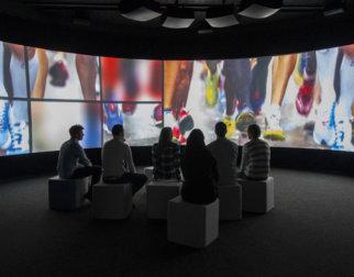 Publikum ser på video i storformat på OL-museet på Lillehammer