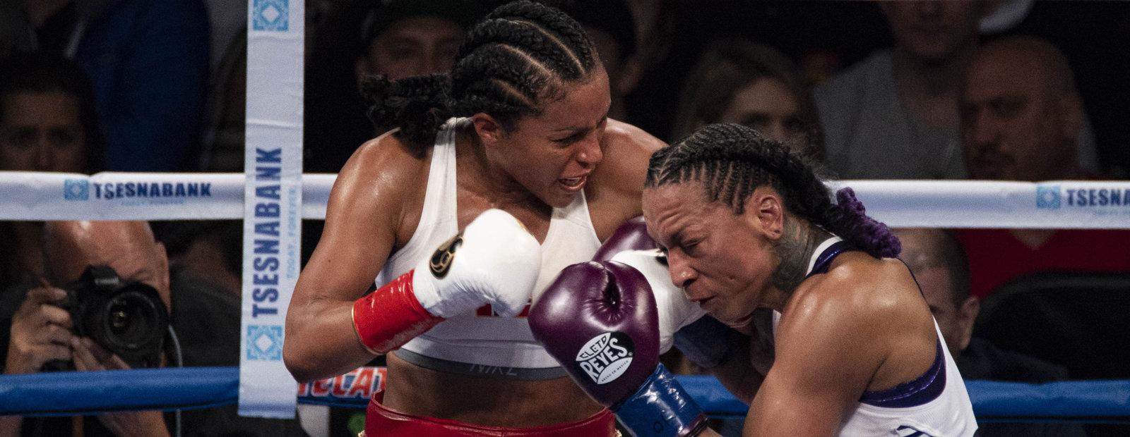 To kvinner i boksekamp.