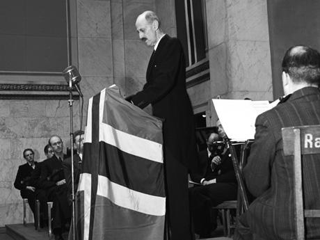 Kong Haakon på talerstolen da Idrettstinget ble åpnet.