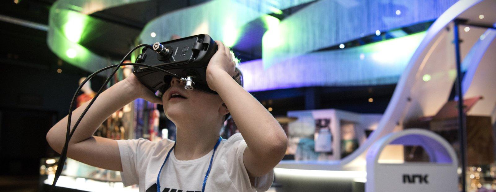 Gutt med VR-briller på Norges Olympiske Museum på Lillehammer.
