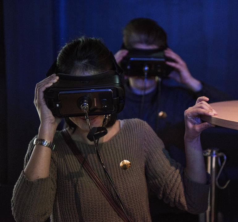 Mann og dame har på seg VR-briller på Norges Olympiske Museum på Lillehammer.